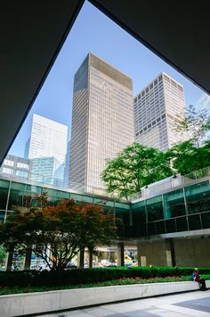 Seagram Building | Mies van der Rohe 1958Courtyard of Lever House | Gordon Bunshaft, SOM 1952New York City