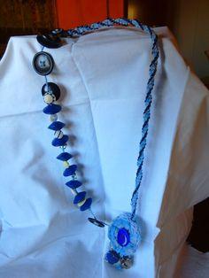 Collana nastro a kumihimo perle di legno e bottoni fiore all'uncinetto