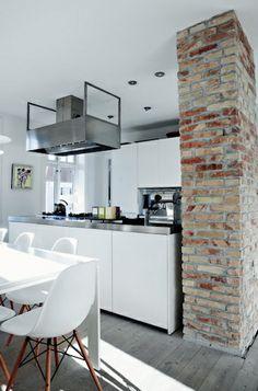 Cuisine blanche et plan de travail inox - simple et design. Le mur de briques et le parquet blanchi apportent beaucoup de charme #white #kitchen #bricks