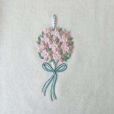 桜の薬玉の刺繍。 仕事で刺していた作品だけど、しっくりせずに自分でボツにしてしまったもの…。せっかくの桜の季節なので引っ張り出しました。 ・ ・ ・