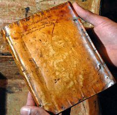 Découverte de livre reliés avec du cuir réalisé à partir de peau humaine.