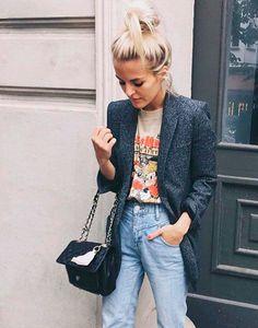 Combine a T-Shirt vintage com blazer e acessórios elegantes.