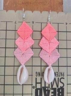 Macrame earring flamingi cowrie