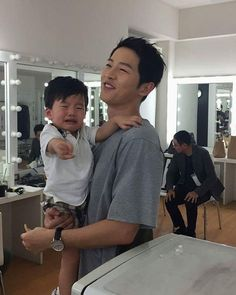 Joong Ki oppa in an attempt to calm baby Ray~Awe Song Joong Ki Dots, Soon Joong Ki, Decendants Of The Sun, Korean Drama Funny, Sun Song, Songsong Couple, Handsome Korean Actors, Song Hye Kyo, Kdrama Actors