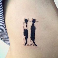 katzen-tattoo-ideen-neugierige-katzen-ueber-zaun-gucken