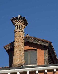 Those Fabulous, Unique Chimneys of Venice Vernacular Architecture, Historical Architecture, Interior Architecture, Chimney Cap, Brick Arch, Building Sketch, Roof Structure, Howls Moving Castle, Building Exterior