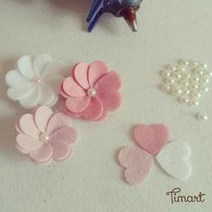 Inspirational monday – do it yourself diy flower series – fabric flower mypapercrafting salvabrani White Butterfly Hair clips for girls Butterfly felt hair - Salvabrani Easy to make these adorable felt flowers Just a pic link but looks pretty easy and Cloth Flowers, Paper Flowers Diy, Handmade Flowers, Felt Flowers, Flower Crafts, Fabric Flowers, Flower Diy, Zipper Flowers, Felt Crafts