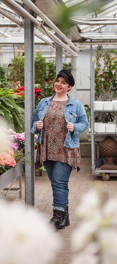 Plus Size Mode einfach selber nähen mit dem tollen Damen Schnittmuster für große Größen. Modische Mode für Mollige kann so einfach selbst genäht werden. Dieses Zipfelshirt ist der perfekte Begleiter für den Alltag und kann je nach Geschmack genäht und gestylt werden