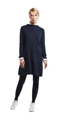 Damen Outfit das Strickkleid von OPUS Fashion: blaues Strickkleid, weiße Bluse