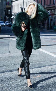 Look com faux fur coat verde, calça de couro e sapatilha bico fino.