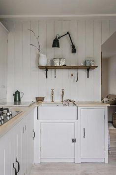 Modern Home Decor A Calm and Neutral Kitchen That Retains The Character of It's Cottage Home.Modern Home Decor A Calm and Neutral Kitchen That Retains The Character of It's Cottage Home Cottage Shabby Chic, Shabby Chic Kitchen, Kitchen Decor, Kitchen Ideas, Kitchen Planning, Neutral Kitchen Designs, Interior Design Kitchen, Home Interior, British Standard Kitchen