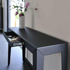 Console Zef, l. 120 cm x h. 75 cm / noir. http://www.uaredesign.com/console-zef-120-matiere-grise-noir.html La console Zef est conçue en acier peint à la poudre époxy ; d'une grande robustesse elle garde cependant une ligne ultra-légère. La console trouve sa place en meuble d'appoint dans l'entrée, la cuisine ou le bureau pour y poser luminaires, coupes à fruits ou bouquets de fleurs. #décoration #intérieure #homedesign #design #meuble #mobilier @UareDesign