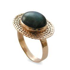 RG1179  Geweldige ovale ring waarin etnische en moderne motieven worden gecombineerd. De vlechten zijn een Afrikaanse motief, maar de blik is glanzend en moderne. Ideaal als dagelijks ring evenals bruiloft of engagement ring.  Gezien het feit dat onze sieraden handgemaakt speciaal voor jou is, bedenk dan dat kleurvariaties en lichte afwijkingen normaal zijn.  Alle items zijn verpakt in een doos van de gift van de eco-vriendelijke met een lint klaar voor het gifting.  Bouw & afmetingen…