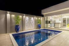 La imagen puede contener: 1 persona, piscina e interior Small Backyard Pools, Backyard Pool Designs, Small Pools, Swimming Pools Backyard, Swimming Pool Designs, Patio Design, House Design, Small Swimming Pools, Indoor Swimming