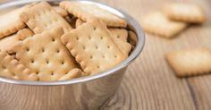 Mettre les oeufs dans le bol du robot avec le sucre, les graines ou sucre vanillé et mélanger.Faire fondre le beurre et ajouter. Verser la farine et la levure et bien mélanger.