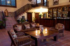 Sale de descanso en área de lobby, servicio de bebidas suaves y vinos. Wi-Fi en esta área y en todas las habitaciones.