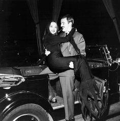 Carolyn Jones as Morticia Addams & John Astin as Gomez Addams on The Addams Family set. The Addams Family 1964, Addams Family Tv Show, Carolyn Jones, Los Addams, Lily Munster, Morticia And Gomez Addams, Morticia Addams Dress, Charles Addams, Kubo And The Two Strings