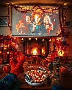 Image Halloween, Halloween Movie Night, Halloween Season, Halloween Pictures, Easy Halloween Decorations, Halloween Home Decor, Halloween Diy, Halloween Things To Do, Halloween Decorations Apartment