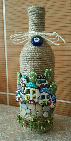Talent and imagination 25 creative diy ideas for transforming pebbles in decorative objects Çocuk Odası Stone Crafts, Rock Crafts, Diy And Crafts, Crafts For Kids, Diy Bottle, Wine Bottle Crafts, Bottle Art, Pebble Painting, Pebble Art