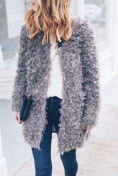 ABRIGOS DE PELO SINTÉTICO MUY VERSÁTILES Y CALENTITOS Hola Chicas!!! Los abrigos de pelo de borrego o de piel sintética, es una prenda muy versátil porque lo mismo lo puedes llevarlo con ropa formal o casual,