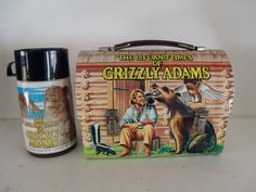 Time to dig through the attic because that old lunch box might be worth more than you think. Also, I need that Osmonds lunch box in my life. Retro Lunch Boxes, Lunch Box Thermos, Tin Lunch Boxes, Lunch To Go, Lunch Time, Grizzly Adams, School Lunch Box, School Days, Kids Growing Up