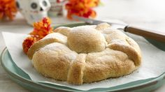 Pan de Muerto es el pan que hacemos para celebrar el Día de los Muertos. Las tiras y la bola encima del pan representan una calavera y su esqueleto. Tradicionalmente se hace con una masa de levadura y se deja crecer dos veces. Hoy quiero compartir contigo una receta fácil que se puede hacer en menos tiempo con la ayuda de los crescent dinner rolls de Pillsbury™.