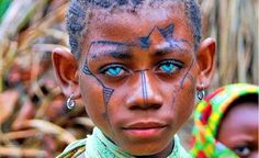 New evidence found by scientists has started to suggest that the people living on the islands of Melanesia could have human DNA the world has never seen. The theory is that the DNA does not come from a Ne. Most Beautiful Eyes, Black Is Beautiful, Lovely Eyes, Amazing Eyes, Beautiful People, We Are The World, People Of The World, Cultures Du Monde, Human Dna