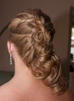 Side Swept ● This type of hairstyle sweeps in the hair neatly on one side in order to form a bun or a roll.