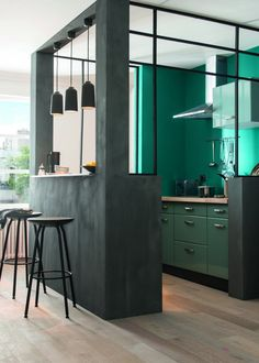 Cuisine verte ouverte sur un espace bar Green kitchen open to a bar area Green Kitchen, New Kitchen, Awesome Kitchen, Kitchen Corner, Kitchen Box, Kitchen Colors, Semi Open Kitchen, Kitchen Small, Vintage Kitchen