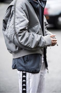 London Men's Fashion Week Street Style: Bold Blocks of Color, Don't Forget the Fur Photos London Fashion Week Mens, Best Mens Fashion, Fashion Kids, Look Fashion, Fashion Design, Fashion Vest, Fashion Shirts, Fashion Trends, Fashion Logos