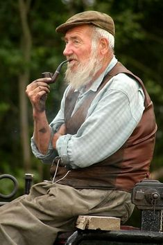 Life goals right here. Seriously, old people have a fashion all their own, a fashion greatly accentuated by a white beard and a brown pipe. Art Sombre, Irish Eyes Are Smiling, Irish Cottage, Old Faces, Man Up, Photo Reference, People Around The World, Belle Photo, Character Inspiration