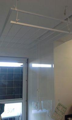 Suportes instalados previamente na laje para, após o acabamento em gesso, os varais serem instalados. Esse, bi-varal. Suportes e instalações de Pedro Parizotto. Varais de Maria do Varal.