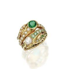 18 quilates de oro, esmeralda y el anillo de la serpiente de Pearl, Cuarto Siglo 19 Diseñado como serpientes gemelas, un conjunto de pequeñas esmeraldas, el otro con perlas de división, los jefes decorado en oponerse estilo con una perla y cabujón de esmeralda, mayor tamaño 8¼, una perla que falta.