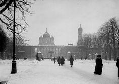 Ogród Saski - na drugim planie kolumnada pałacu Saskiego, w głębi Sobór na pl. Saskim, spacerowicze, 1912-1914