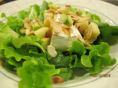 Salada de Folhas Verdes com Brie Assado, Maçã e Amêndoas