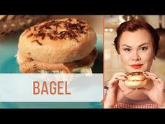 Bagel é um pão feito com massa de farinha de trigo fermentada. Ele lembra muito o formato de um donuts. É uma receita de pão popular nos Estados Unidos, Cana...