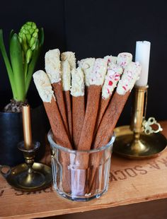 Make tasty and beautiful gingerbread sticks for christmas. Very easy to make but hard to stop eating. Christmas Sweets, Noel Christmas, Christmas Goodies, Christmas Candy, Christmas Baking, Christmas Feeling, Bagan, Food Inspiration, Biscuits