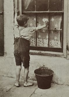 Another Spitalfields Nipper of 1912 as photographed by Horace Warner #history #photography
