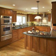 Cozinha de madeira com forno embutido.