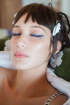 Ideias de Maquiagem Carnaval 2019: makes com glitter, makes simples, maquiagem para carnaval de bloco, maquiagem de Carnaval para pele negra, pele asiática e pele branca, maquiagem com brilho, maquiagem colorida de Carnaval...