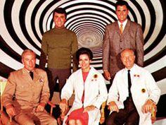 Em frente ao Túnel do Tempo: Dr. Anthony Newman, Dr. Doug Phillips, General Kirk, Dra. Ann e Dr. Raymond.