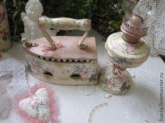 Интерьерный комплект `Розовые сны` продано. Комплект состоит из старого чугунного утюга и керосиновой лампы,декорированных в технике декупаж. Украсит ваш дом,внесет в него чуточку романтики и уюта...