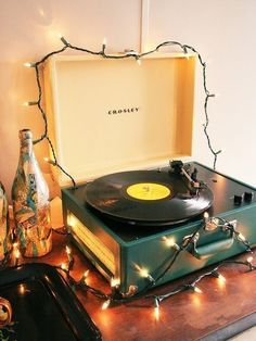 Vintage rock that playlist at the next party you're hosting. - Domino magazine shares a Christmas music playlist for holiday cocktail parties. Vinyl Record Player, Record Players, Vinyl Records, Vinyl Music, Dj Music, Sheet Music, Music Aesthetic, Aesthetic Vintage, Aesthetic Yellow