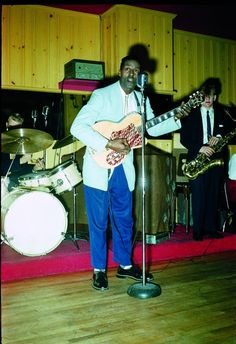 A young Chuck Berry playing his Kay Thin Twin guitar, a model produced by Kay Musical Instrument Company from 1952 until Like A Rolling Stone, Rolling Stones, 1950s Radio, 1960s, Cleveland, Rock And Roll, Blue Soul, Chess Records, Jimmy Reed