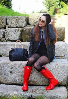 My kind of Joy Red Hunter Boots, Hunter Boots Outfit, Hunter Rain Boots, Wellies Rain Boots, Rainy Day Fashion, Fashion Tights, Women's Fashion, Fashionable Snow Boots, Tights And Boots