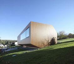 Modernes Haus-am Nordhang-solare Energie-nutzen Anlage am Dach