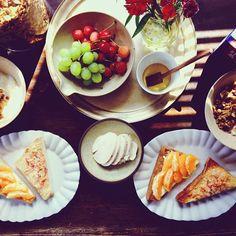 もうお昼だけど朝ご飯の写真~。  hrmtさんの柑橘クリチに蜂蜜たらりなトーストと、tmkさんの桜エビとチーズのトーストを半分ずつ⭕どっちも最高に美味しい!さすが、組み合わせの女王様方!  昨日、大掃除を途中で夫に任せて仕込んだ鳥ハムも旨いし、追加で作ったグラノラも良い感じに出来た♡♡  休みの日の朝はこうでなくては!息子抱っこしながらだから食べるのは忙しないけどね  今日は一日、夫の執筆の編集者やります✨ - @it_abdkdbd- #webstagram