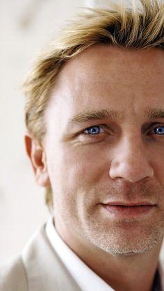 Daniel Craig - God, those eyes, those eyes! So sexy. Rachel Weisz, Craig Bond, Daniel Craig James Bond, Hot British Actors, Hot Actors, Daniel Graig, Best Bond, James Bond Movies, Hollywood Actor