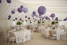 Hochzeitsfestzelt mit lila Laternen Mehr