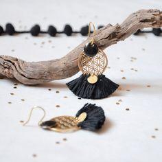 Boucle d'oreilles bohèmes noires et dorées à sequin émail, boucle d'oreilles noires à style bohèmes chics
